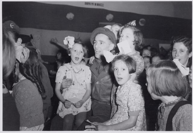 045696 - Tweede Wereldoorlog. Sinterklaasviering voor Goirlese kinderen verzorgd door Engelse militairen.