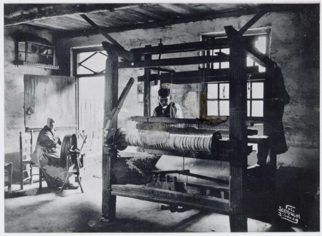 037455 - Textiel. Weversechtpaar aan het werk in 1924