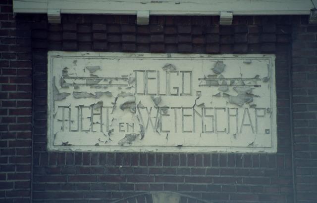 656515 - Afbraak van de Sint Josephschool in de Hoefstraat Tilburg in 1990.
