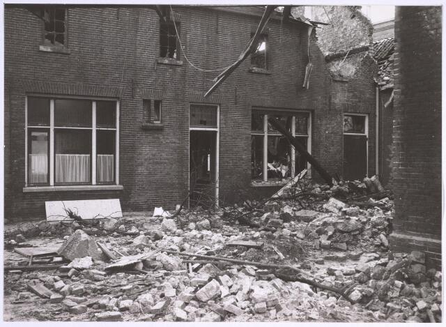 025062 - Door brand verwoest gebouw van de voormalige wollenstoffenfabriek van Antoon de Rooy in december 1974.