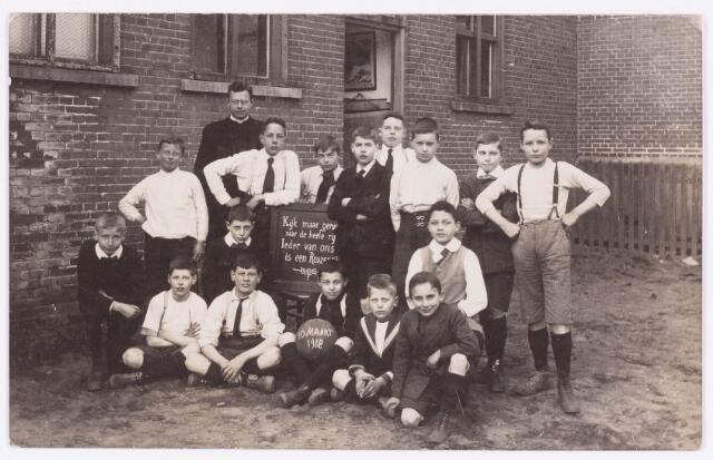 054263 - Sport. Voetbal. Spelers van een schoolvoetbal elftal in 1918.