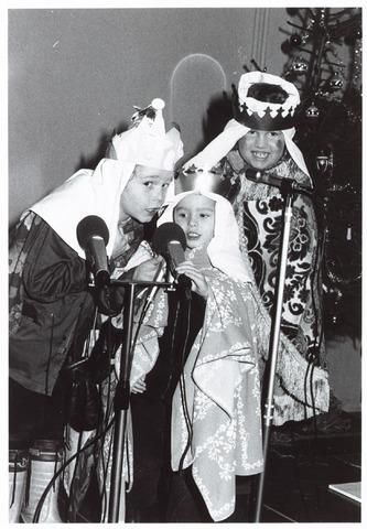 053138 - Driekoningen zingen in het Wijkgebouw Groenewoud op 6 jan. 1981.