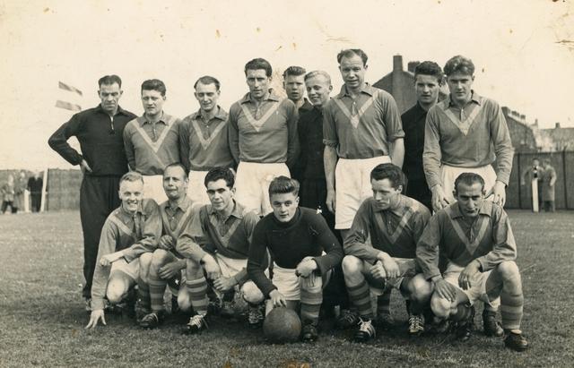 800130 - Sport. Voetbal. Voetbalvereniging R.K.S.V. Taxandria in Oisterwijk. Groepsfoto van een elftal, kampioen in 1956-1957