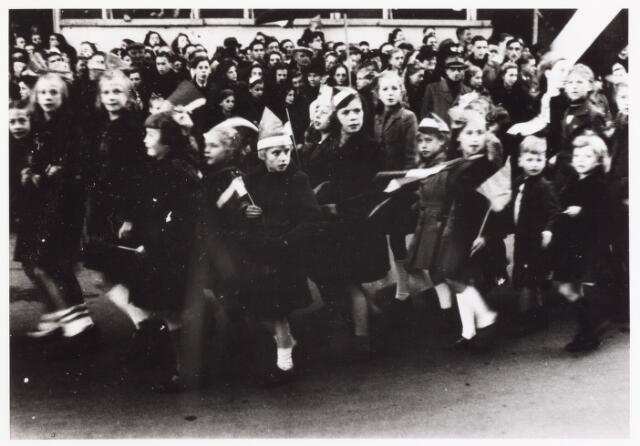 012620 - WO2 ; WOII ; Tweede Wereldoorlog. Bevrijding. Ook de jongste Tilburgers vierden volop feest. Hier loopt een groepje, getooid met vlaggetjes en hoedjes, mee in de bevrijdingsoptocht op 4 november 1944