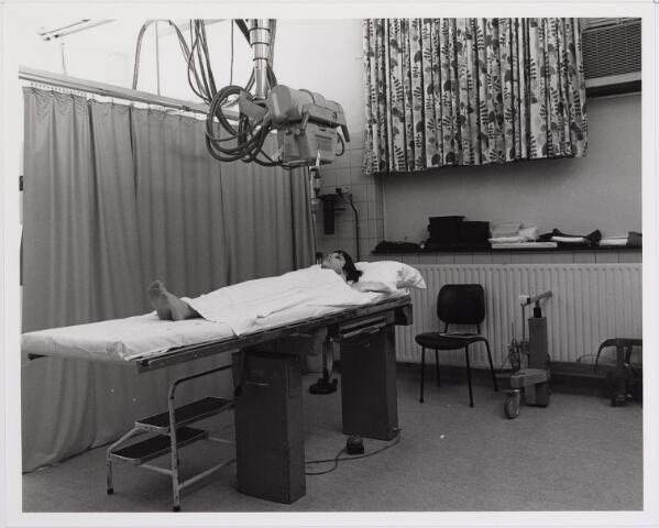 041842 - Elisabethziekenhuis. Gezondheidszorg. Ziekenhuizen. Röntgenkamer in het St. Elisabethziekenhuis.