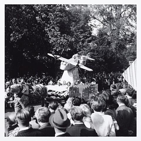 """012214 - WO2 ; WOII ; Tweede Wereldoorlog. Bevrijding. Kinderen brengen hulde aan de Engelse luchtmacht tijdens het bevrijdingsfeest in het Wilhelminapark. """"De R.A.F. redt Nederland"""" staat op het bord"""