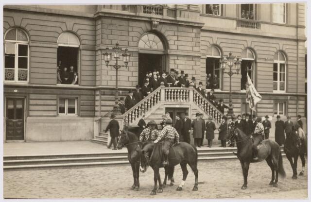103408 - 12 1/2-jarig ambtsjubileum van burgemeester mr. dr. F.L.G.Z.M. Vonk de Both. defilé van de ruiterij.