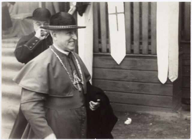 007497 - Wilhelmus Petrus Adrianus Maria Mutsaerts, geboren Tilburg 18 juni 1889, overleden 's-Hertogenbosch 16 augustus 1964, begraven aldaar 20 augustus 1964. Priester gewijd op 6 juni 1914, kapelaan te Best 31 juli 1914, 2e en 1e secretaris van de cancellarius van het bisdom 's-Hertogenbosch 11 juni 1915, 1920, bouwpastoor stichting Theresiakerk Tilburg 1928, twaalfde bisschop van`'s-Hertogenbosch 18 maart 1943 - 27 juni 1960