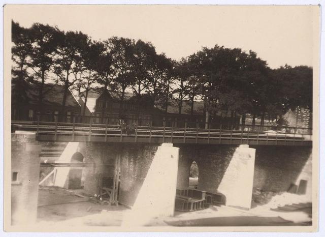 030046 - Aanleg van het viaduct in de Ringbaan-Oost. Op de achtergrond de Bosscheweg.