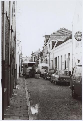 026324 - Verkeersdrukte in de Mariastraat. In het pand met puntdak was de timmerwinkel van meubelzaak Ditvoorst - Schrijvers gevestigd. Vóór 1900 was het een meisjesschool