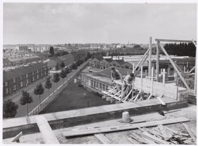 039168 - Volt. Zuid. Nieuwbouw, Gebouwen. De bouw van het Hoofdkantoor aan de Groenstraat (links) in 1960. Achter links de flats van de Edisonlaan. Achter midden de flats aan de Generaal Smutslaan met rechts daarvan de kerk van Sint Lidwina.