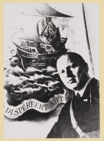 """077309 - Arnold Meijer, leider Zwart Front, van 1934-1941. De partij werd in december 1941 verboden. Foto:"""" Dispereert niet"""", Wanhoop niet. Dit zijn de twee eerste woorden van de lijfspreuk van J.P.Coen, 1587-1629.(""""Dispereert niet en ontziet uw vijanden niet, want God is met ons"""") Bredero, 1585-1618, leeftijdgenoot van J.P. Coen, schreef boven zijn gedichten: """"Ende dispereert niet"""". Op het 19e eeuwse standbeeld in Hoorn staan deze twee woorden. Zij staan ook op zijn standbeeld, gebeeldhouwd op een van de hoeken van de Beurs van Berlage in Amsterdam. Minister President H. Colijn noemde zijn voordracht bij de 350e geboortedag van J.P.Coen op 1 februari 1937 """"Dispereert niet"""". Ook Koningin Wilhelmina eindigde vanuit Engeland, op 14 mei 1940, haar toespraak aan het Nederlandse volk met deze twee woorden."""