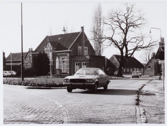 062810 - Inkijk vanaf de Kerkstraat richting Enschotsebaan met links de pastorie van de R.K. Parochie van St. Caecilia te Enschot