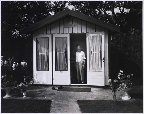 023717 - Volkstuinder in zijn huisje op het complex ter hoogte van het Leijpark en de Kempenbaan