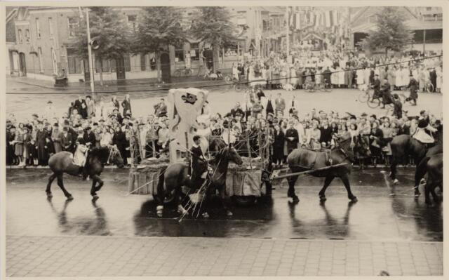049039 - Festiviteiten te Tilburg b.g.v. het 50-jarig regeringsjubilé van Koningin Wilhelmina op 6 september 1948. Aankomst van koning Willem II bij de 'Vier Winden' aan de Bredaseweg ter hoogte van het oud Belgisch lijntje.  Verslag over deze festiviteiten met optocht staat in het Nieuwsblad van dinsdag 7 september 1948. hier trekt de stoet over het Willemsplein en Koningstraat.
