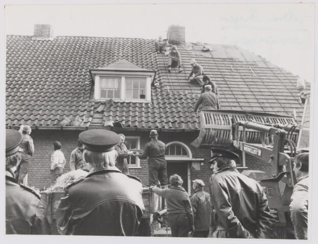 081963 - Onder toezicht van de politie worden huizen in de voormalige Kampstraat (nu villawijk Atalanta) afgebroken. Deze huizen zijn begin veertiger jaren door de Duitsers gebouwd voor het personeel van de vliegbasis. Een huis is nog in de oude staat bewaard gebleven.