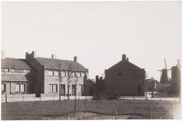 033916 - Panden aan de Veliusstraat, rechts de molen op het Rosmolenplein
