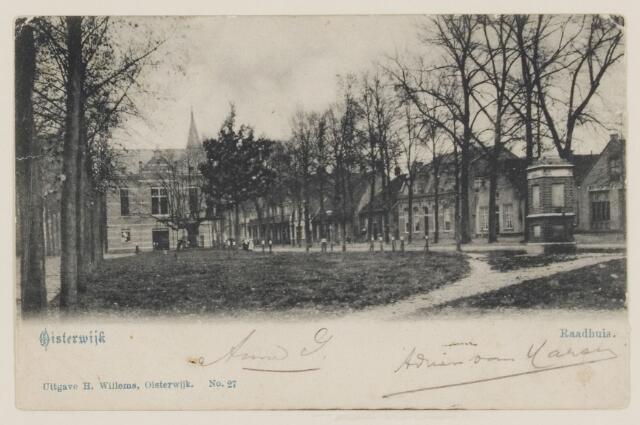 074340 - Links van het midden het raadhuis van Oisterwijk.
