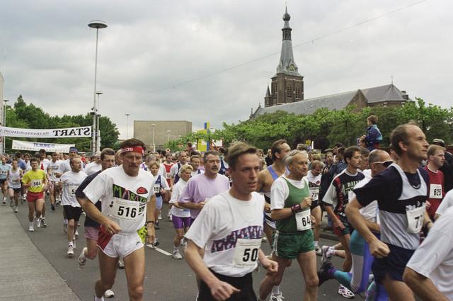 TLB023000545_001 - Tilburg Ten Miles bij het Stadhuisplein met op de achtergrond de Heikese Kerk.