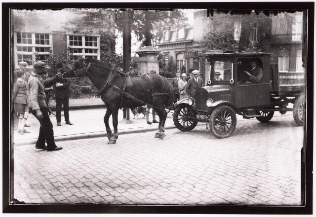 033311 - Auto getrokken door een paard op de Bosscheweg, nu Tivolistraat. Op de achtergrond de gebouwen van de R.K. Leergangen.