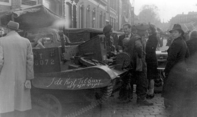 """064688 - Tweede Wereldoorlog. Bevrijders op de Heuvel. Op de tank het opschrift """"J. de Kort, Tilburg wij zijn vrij""""."""