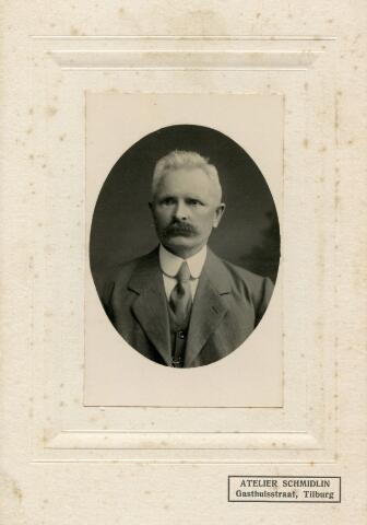 650406 - Schmidlin. Adrianus Gregorius van Pelt (Tilburg 1864-1943). Het echtpaar van Pelt-van Abeelen , de ouders van vakbondsman Bart van Pelt, liet zich omstreeks 1915 fotograferen in het atelier van Schmidlin aan de Gasthuisstraat.