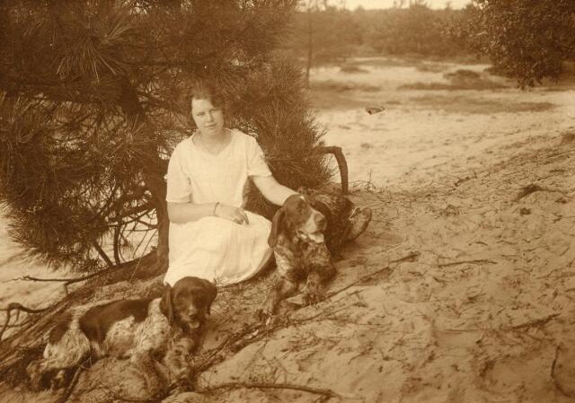 600715 - Vermoedelijk: Mary C.A.Fr. Kolfschoten (geb. 1908, verpleegster van beroep), dochter van jkvr. Mary Kolfschoten-Verheyen.  Kasteel Loon op Zand. Families Verheyen, Kolfschoten en Van Stratum
