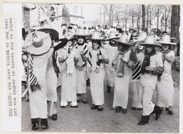 101161 - Carnaval. De carnavalsoptocht in Den Hout, tijdens carnaval genaamd Kluivenduikersgat, was een met veel leut.