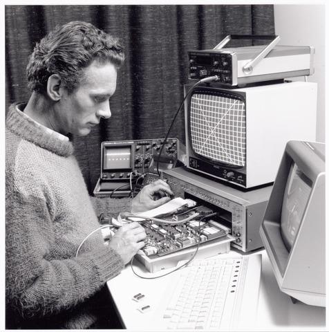 038902 - Volt. Noord. 15-01-1988. Elektrische Bedrijfs Mechanisatie, E.B.M.-er Jan Schellekens aan het werk.