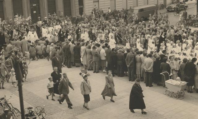 653331 - Parochie Gasthuisring.  De processie ter ere van de overbrenging van het Allerheiligste van de oude Patersker  naar de nieuwe kerk O.L.Vrouw van Altijddurende Bijstand  in de Gasthuisstraat