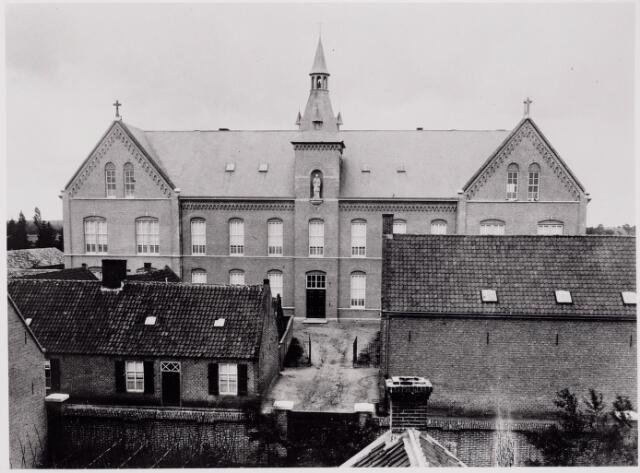 046446 - Fraterhuis St. Franciscus van Sales aan de Kloosterstraat 22 werd in 1890 gebouwd. Op deze foto staat het klooster nog achter de huizen in de Kloosterstraat. Links woonde Thomas van Diesen.