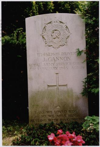 045750 - Tweede Wereldoorlog. Graf C.3.1 op de begraafplaats van de parochie St. Jan. Hier rust John Gannon, chauffeur (driver), 20 jaar oud, gesneuveld op 7 februari 1945, Royal Army Service Corps.