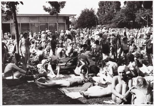 030005 - Zwembad aan de Ringbaan-Oost. de zonneweide aan de vrouwenkant