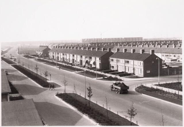 034306 - Huizen aan de Wandelboslaan. Op de foto ziet U zowel de secundaire als de hoofdweg. De foto is genomen vanaf de flats aan de Huysmanstraat