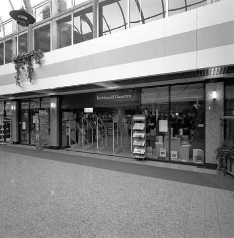 D-000230-3 - Boekhandel Gianotten, Emmapassage Tilburg, 1995.