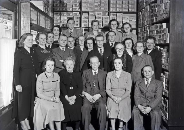 650522 - Schmidlin. De schoenwinkel van L.J. Termeer-Schoonis aan het Smidspad 69. Familie en personeel bijeengepakt in de winkelruimte ter gelegenheid van het 40-jarig dienstjubileum van Joaneke van Helvert, februari 1949.