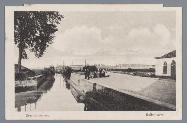 058133 - Buitenhaven in Geertruidenberg. Twee mannen staan op de rand van de kademuur.