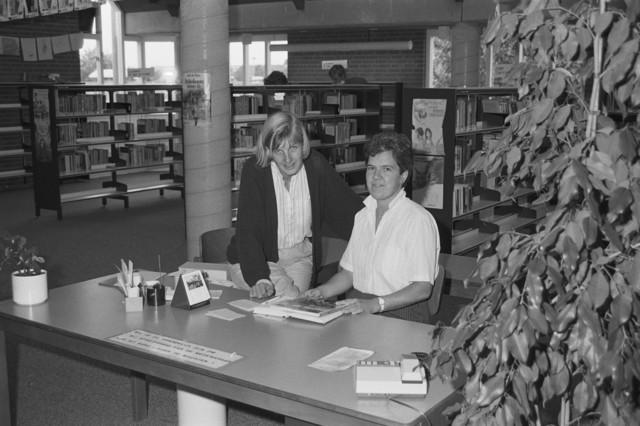 TLB023002461_001 - Bezigheden in de bibliotheek