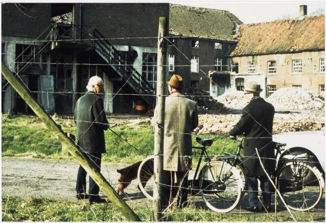 024945 - Textiel. Publieke belangstelling bij de sloop van wolspinnerij Pieter van Dooren aan de Hilvarenbeekseweg in 1975