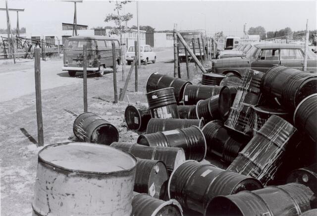 014142 - Vaten op het terrein van een autosloperij Vermeer aan de Albionstraat.