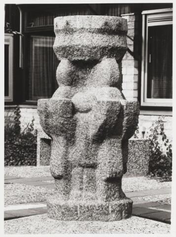 """067639 - Granieten FONTEIN, gerealiseerd in 1982 door de beeldhouwer Kees JANSEN uit Gendringen (geb. 1946). Het staat in De Blaak, in de patio van de R.K. Basisschool """"De Borne"""", zodat alle kinderen van de school vanuit de gang kunnen uitzicht hebben op het vallende water in het hart van het gebouw."""