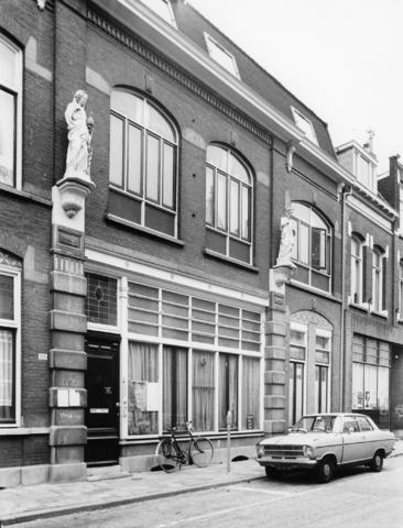 1238_F0366 - Noordstraat. 103 woonhuis en 105 atelier, beide uit 1898.Opdrachtgever: Kunstenaar H.v.Tielraden.  Eclectische stijl. De twee pilasters zijn op de begane grond uitgevoerd in hardstenen blokken, waarvan de bovenste gedecoreerd zijn met daarop bovenop blokken met consoles. Hierop staan witgeschilderde gietijzeren beelden.