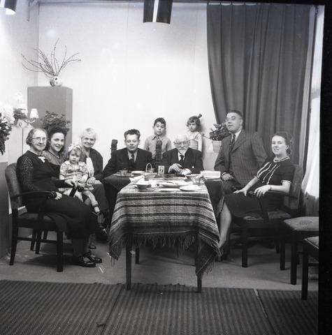 654289 - Privéarchief Schmidlin. verjaardag L. A. Schmidlin. De familie zit aan tafel.
