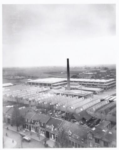 038522 - Volt. Zuid. Luchtfoto gebouwen complex zuid.  De Voltfabriek in 1933. T.g.v. het afscheid van Dhr. S. Aninga als directeur.  Zou genomen kunnen zijn vanuit de toren van de kerk Onze Lieve Vrouw Moeder Van Goede Raad. (Broekhoven I ) Op de voorgrond de Broekhovense weg. Voltstraat heette toen Nieuwe Goirleseweg.