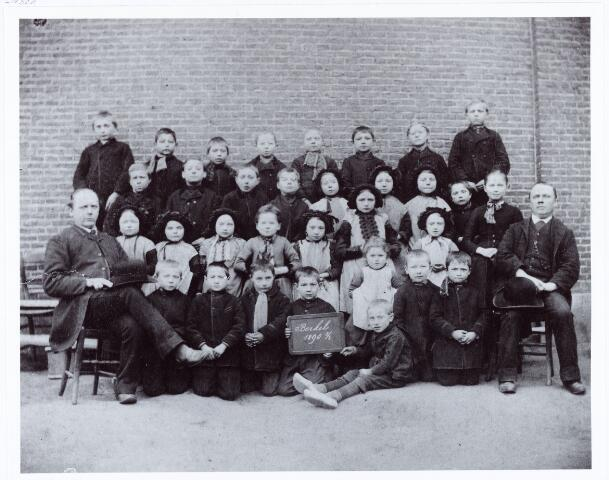 062074 - Basisonderwijs. Klassenfoto. Openbare lagere school aan de St. Willibrordstraat te Berkel; v.l.n.r. meester Andreas Jakobus Bult. Rechts hoofdonderwijzer Rochus van Pelt, van 1884 tot 1907 hoofd van de openbare school
