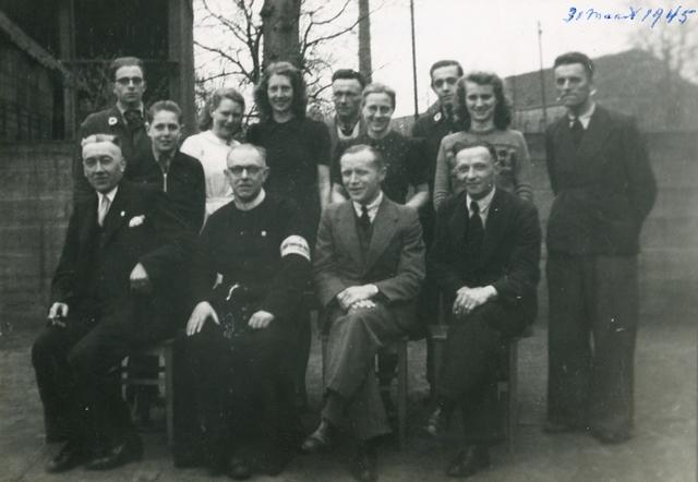 1696066 - Groepsfoto met leden van het Rode Kruis afdeling Tilburg op 31 maart 1945.