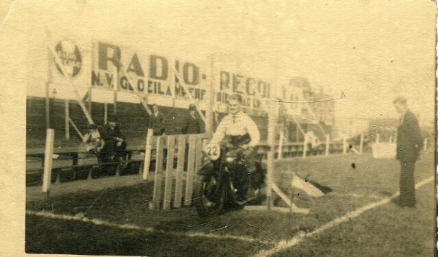 200535 - De heer van Meerendonk op zijn motor bezig met een behendigheidswedstrijd georganiseerd door de T.M.C. op het Noad terrein in augustus 1934.