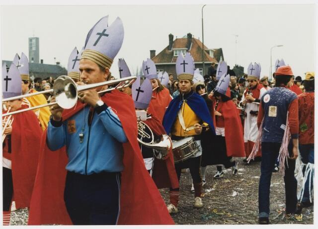 068344 - Carnaval. Harmonie Heikant bij de start van de carnavalsoptocht  1980  bij de Koningsshoeve.