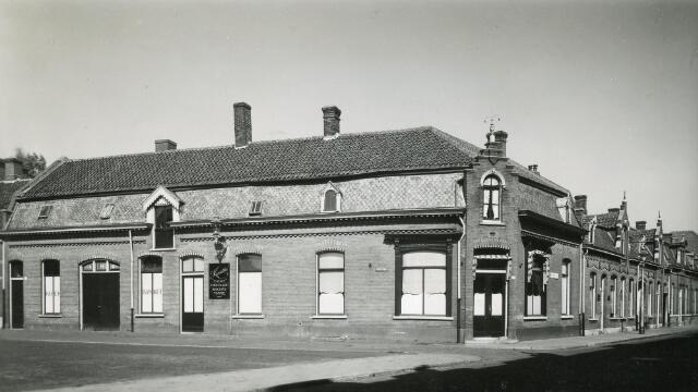 """601965 - Koek en banketfabriek A. Huijbregts-Ooms (A.H.O.) aan de Emmastraat 35. Het bedrijf werd begonnen aan de Parkstraat. In 1960 vierde de firma een drievoudig jubileum: de naar Goirle verplaatste fabriek aan de Nieuwkerksedijk werd op 20 mei 1960 officiëel geopend, de firma vierde haar 75-jarig bestaan en directeur N.Th.A. Claassen vierde zijn 50-jarig jubileum als directeur. Inmiddels waren ook de zonen Ad, Gerard, Anton en Stan tot de directie toegetreden. Op de gevel reclame van snoep- en chocoladefabriek """"Kwatta"""" uit Breda."""