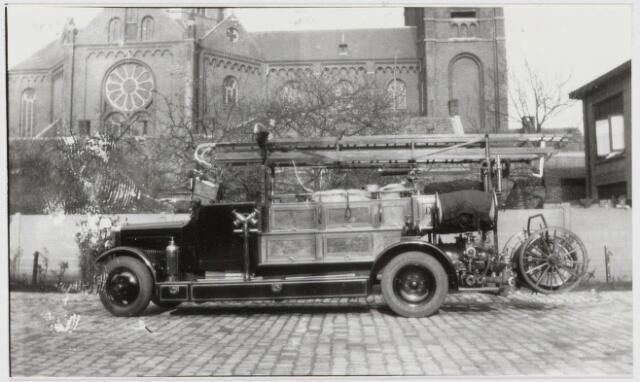103632 - Brandweer. brandweerwagen op kazerne aan de Capucijnenstraat, op de achtergrond: St. Anna Kerk.